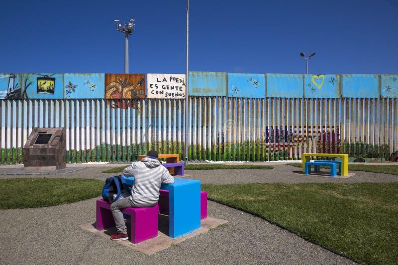 Mexico - Tijuana - väggen av skam royaltyfria foton