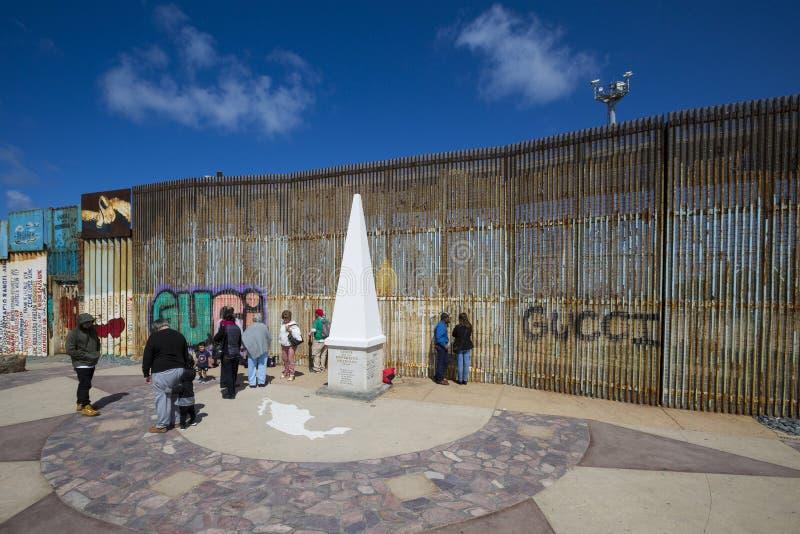Mexico - Tijuana - väggen av skam royaltyfri fotografi