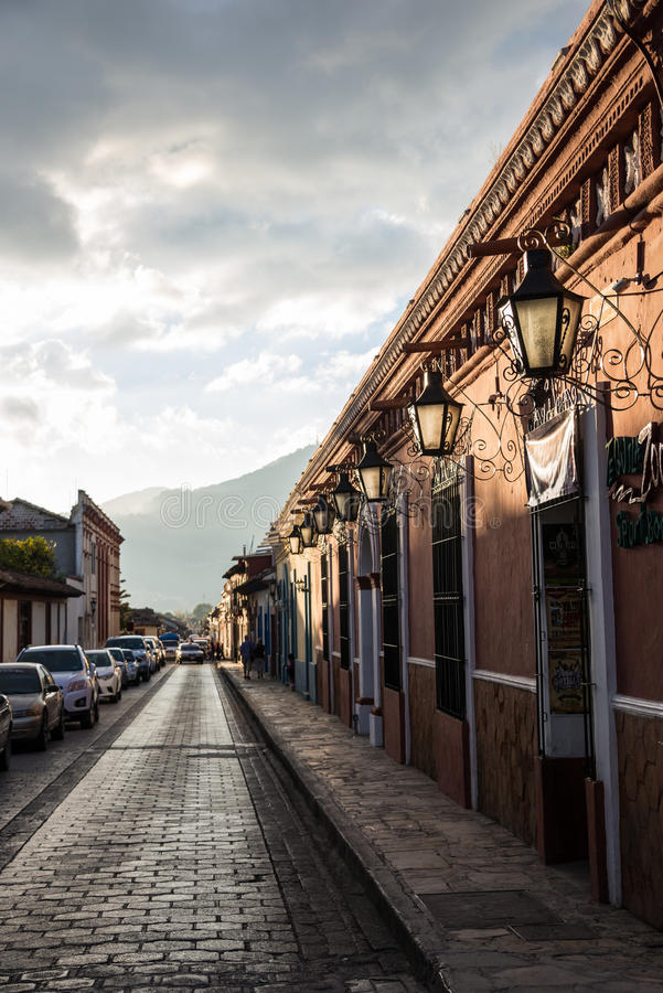 Mexico typisk gata i San Cristobal de Las Casas Staden lokaliserar royaltyfri bild