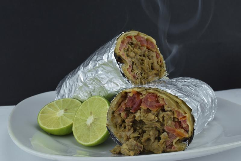 Mexikan slågen in burrito och citron royaltyfri foto