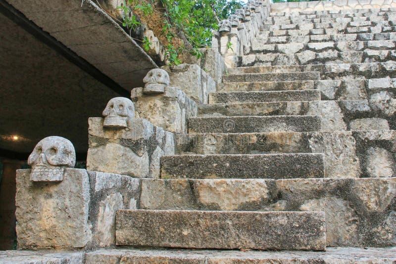 Mexikanische alte Schädel als Dekoration der Treppe stockfoto