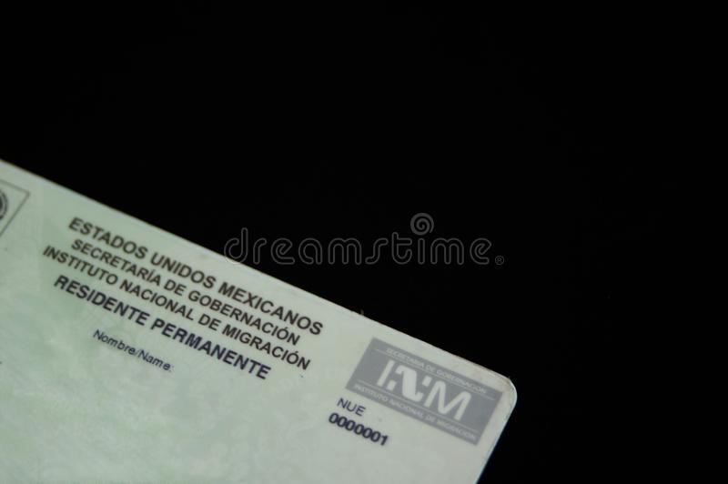 Mexikanische Aufenthaltserlaubnis mit dem Logo der mexikanischen Immigrations-Verwaltung lizenzfreie stockbilder