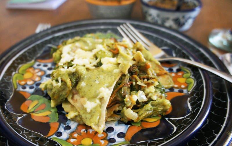 Mexikanische chilaquiles mit Kürbisblüte lizenzfreie stockfotografie
