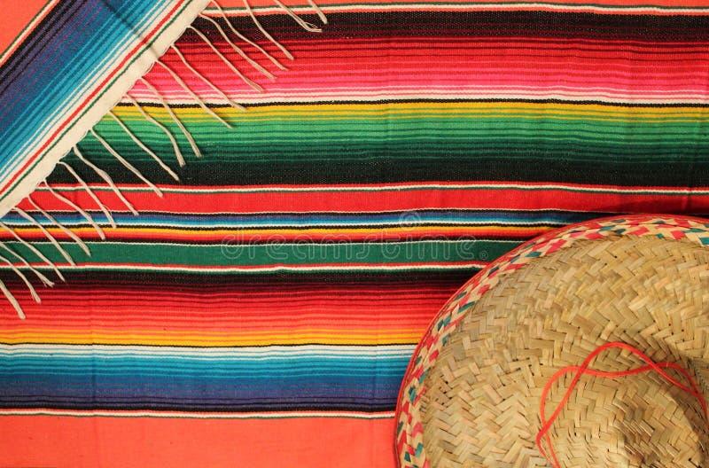 Mexikanische Fiestaponchowolldecke in den hellen Farben mit Sombrero stockfoto