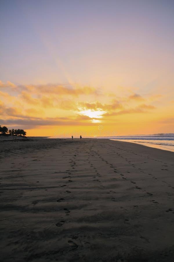 Mexikanische Fischer, die auf Strand des Pazifischen Ozeans bei Sonnenaufgang gehen lizenzfreie stockfotos