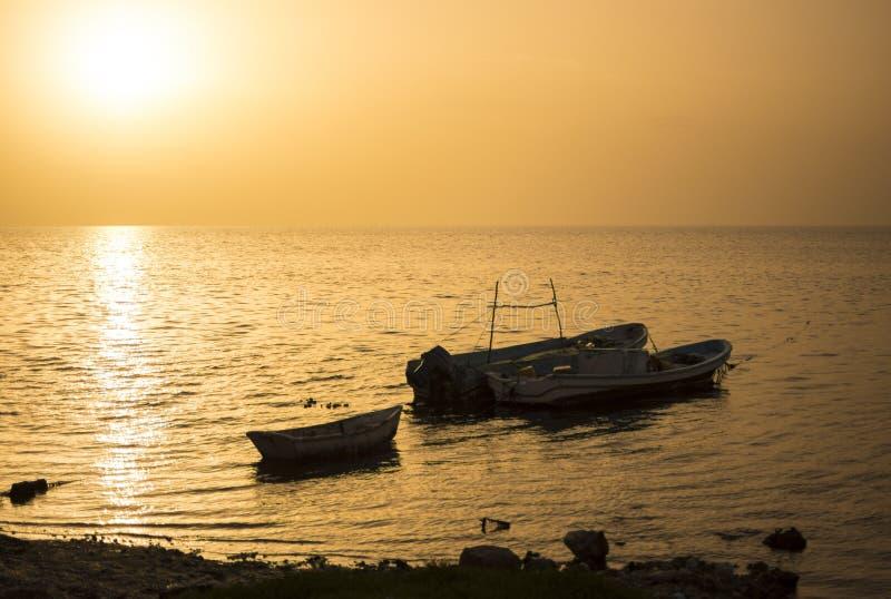 Mexikanische Fischerboote der Schattenbilder bei Sonnenuntergang lizenzfreie stockfotos