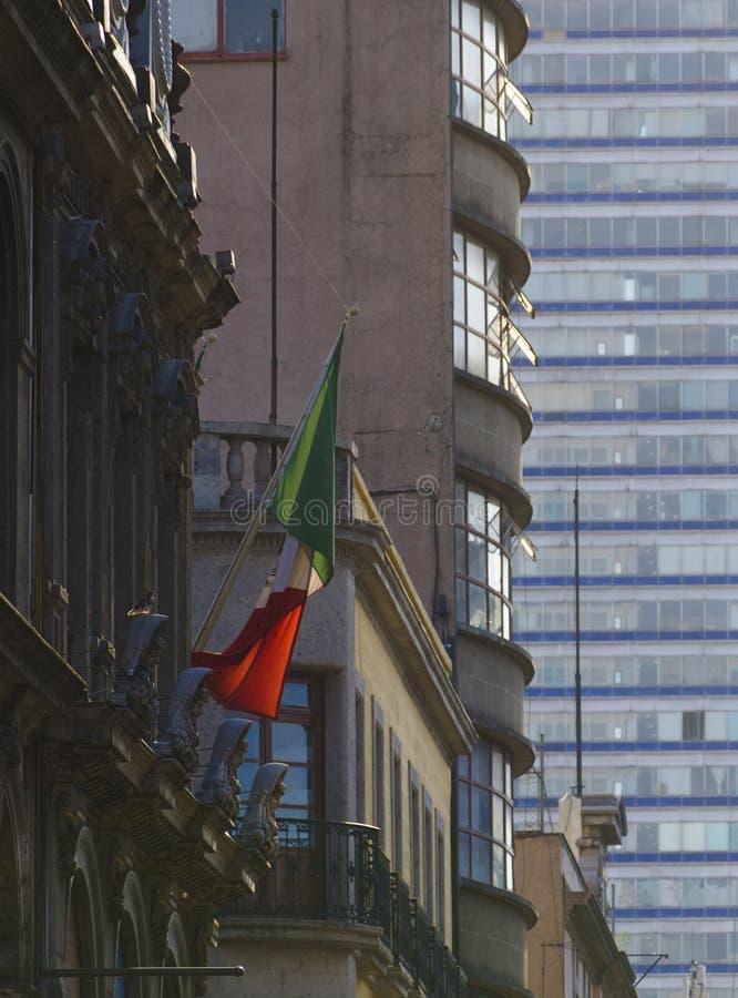 Mexikanische Flagge auf einem Gebäude stockfotos
