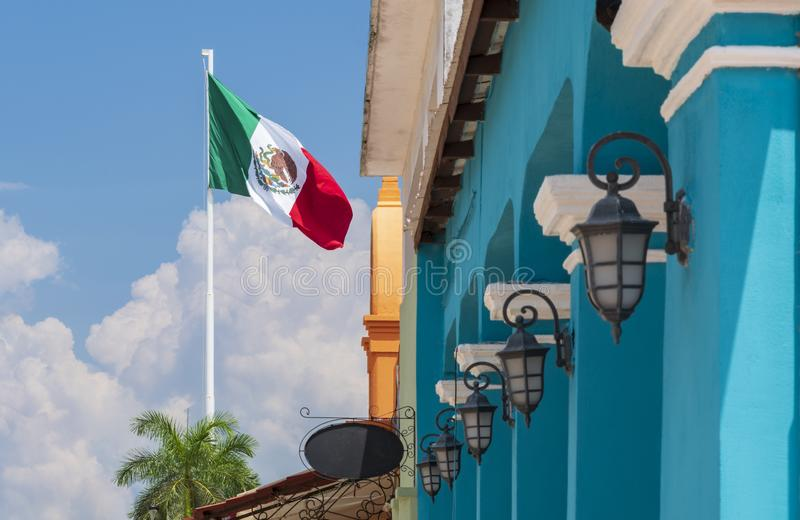 Mexikanische Flagge mit blauem kolonialgebäude und traditionellen Lampen lizenzfreies stockfoto