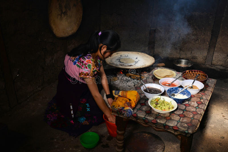 Mexikanische Frau, die Mahlzeit macht stockbild