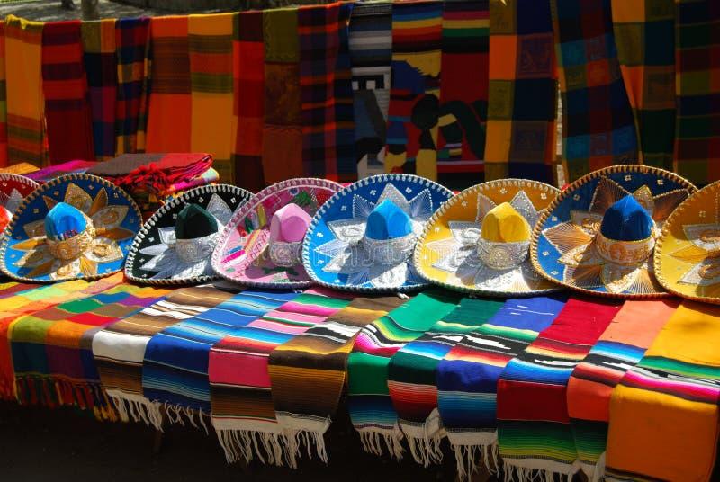 Mexikanische Hüte und Schale stockbild