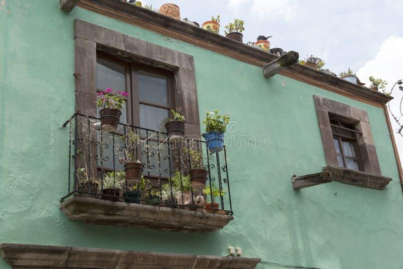 Mexikanische Hausfassade mit Balkonnahaufnahme lizenzfreies stockbild