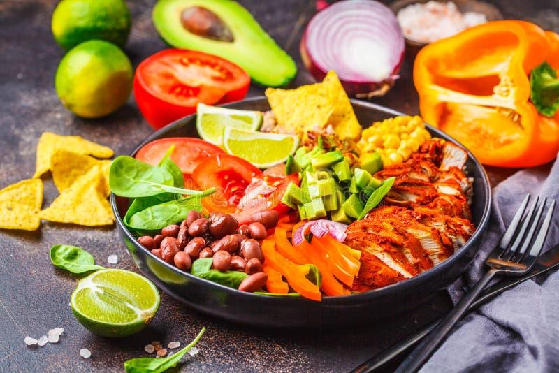 Mexikanische Huhnburritoschüssel mit Reis, Bohnen, Tomate, Avocado, Mais und Spinat Mexikanisches Küchenahrungsmittelkonzept lizenzfreies stockbild