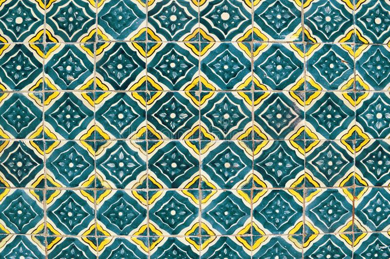 Mexikanische keramische Mosaikwand, alte grüne Fliesen stockfotografie