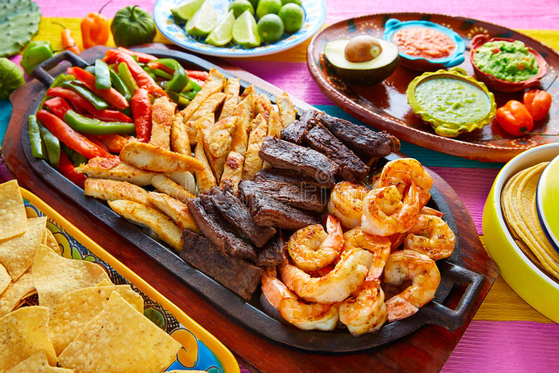 Mexikanische kombinierte Rindfleischhuhnfajitasgarnele stockfotos