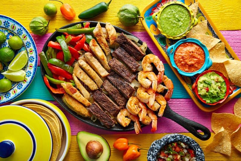 Mexikanische kombinierte Rindfleischhuhnfajitasgarnele stockfoto