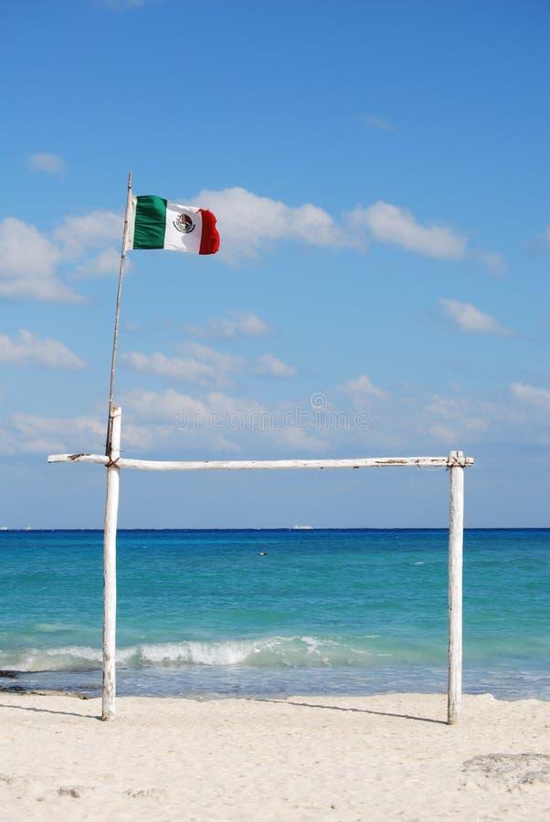 Mexikanische Markierungsfahne auf einem Strand stockfotografie