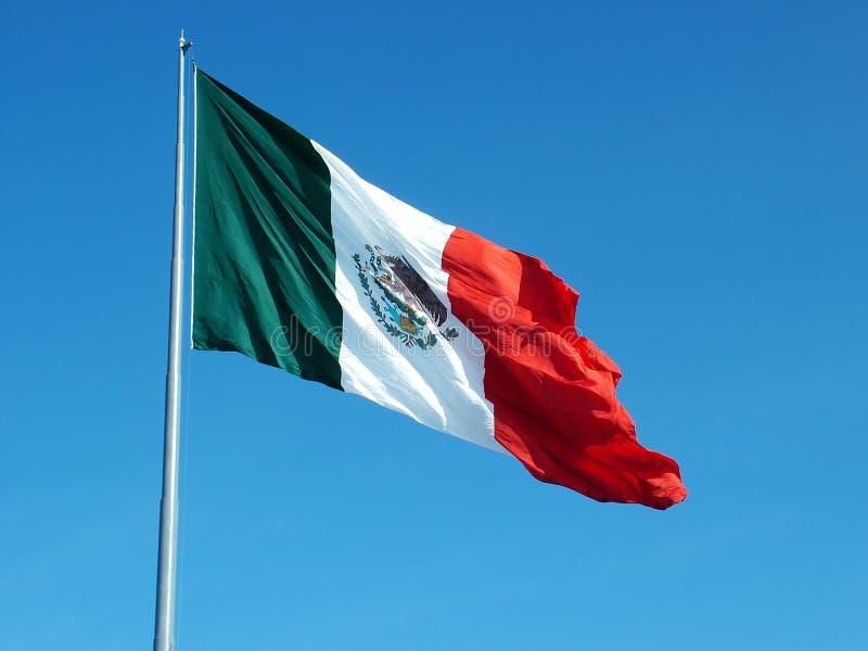 Mexikanische Markierungsfahne, die in Wind wellenartig bewegt lizenzfreie stockfotos