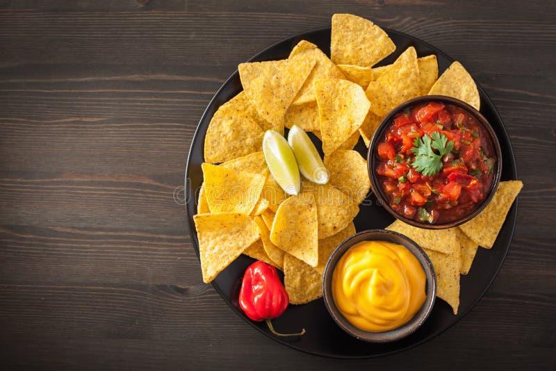 Mexikanische Nachostortilla-chips mit Salsa- und Käsedip lizenzfreie stockfotografie