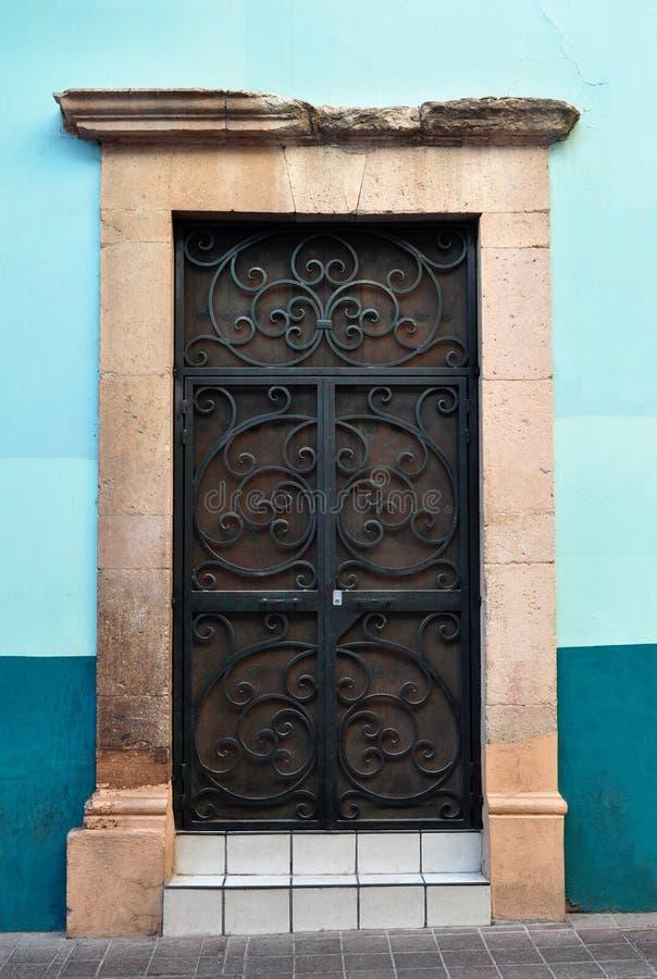 Mexikanische rustikale Kolonialtür mit Metallstangen lizenzfreie stockfotos