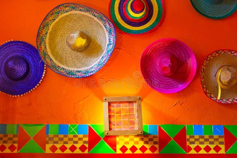 Mexikanische Sombreros auf der Wand stockbild