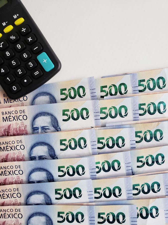 mexikanische Staplungsbanknoten von 500 Pesos und Taschenrechner, Hintergrund und Beschaffenheit lizenzfreies stockbild