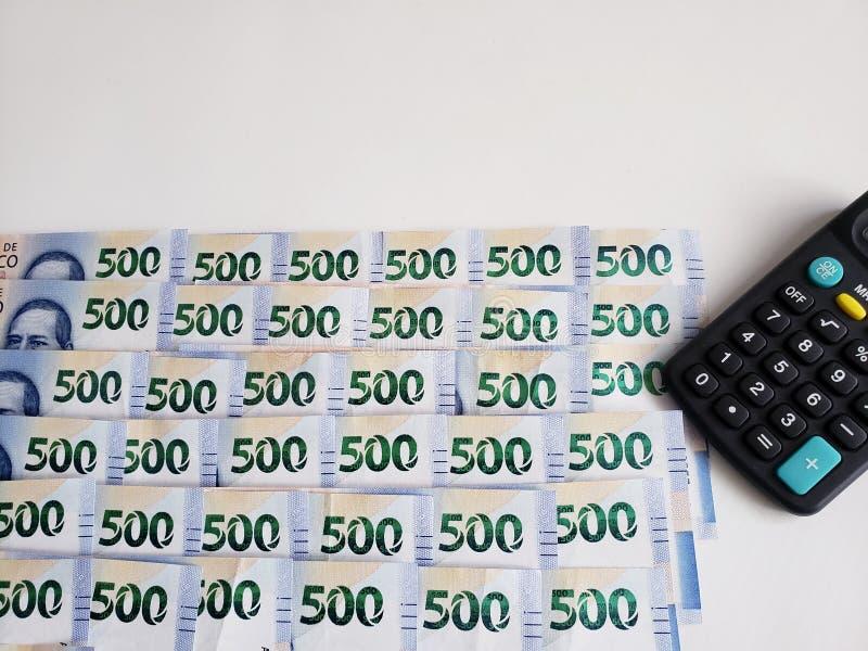 mexikanische Staplungsbanknoten von 500 Pesos und Taschenrechner, Hintergrund und Beschaffenheit stockbild