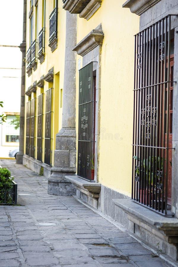 Mexikanische Straße bunt verziert stockfotos