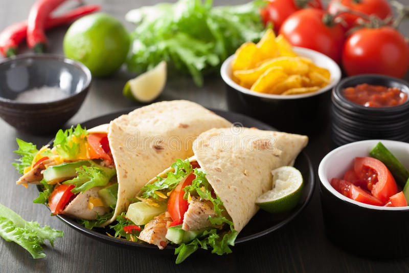 Mexikanische Tortillaverpackung mit der Hühnerbrust und Gemüse lizenzfreie stockfotos