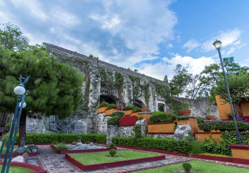 Mexikanischer Garten und Kolonialgebäude lizenzfreies stockfoto