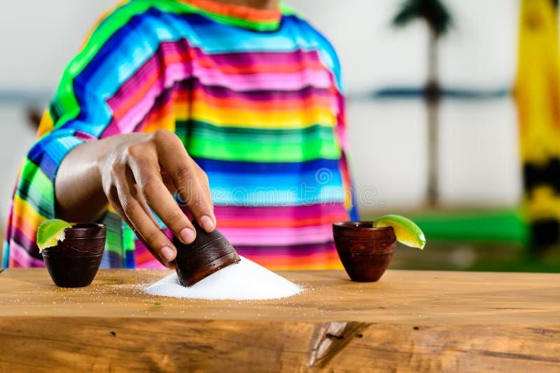 Mexikanischer Goldtequila Selektiver Fokus auf Salz auf dem Tisch, auf t lizenzfreies stockfoto