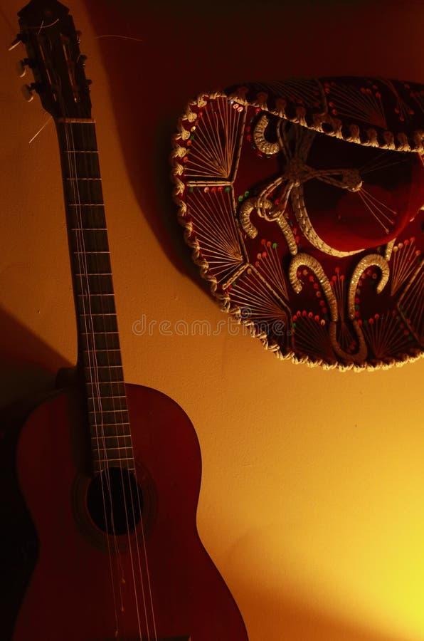 Mexikanischer Hut und Gitarre stockfotos