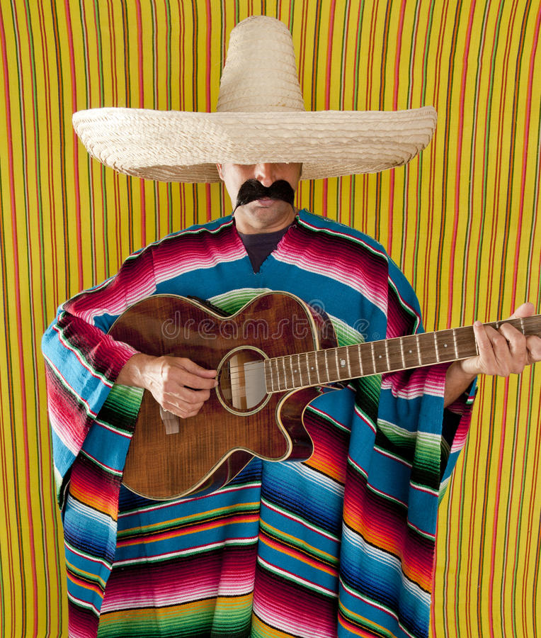 Mexikanischer Mann serape Poncho Sombrero, der Gitarre spielt stockbilder