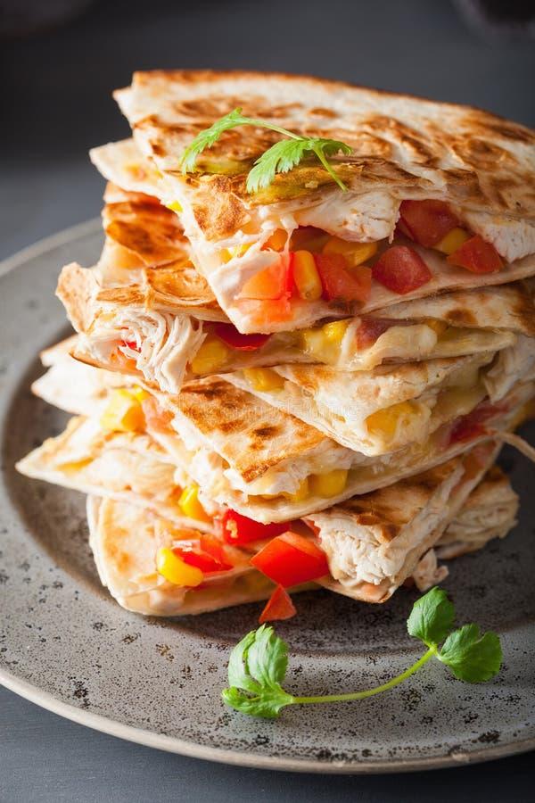 Mexikanischer Quesadilla mit Huhn, Tomate, Zuckermais und Käse lizenzfreie stockbilder