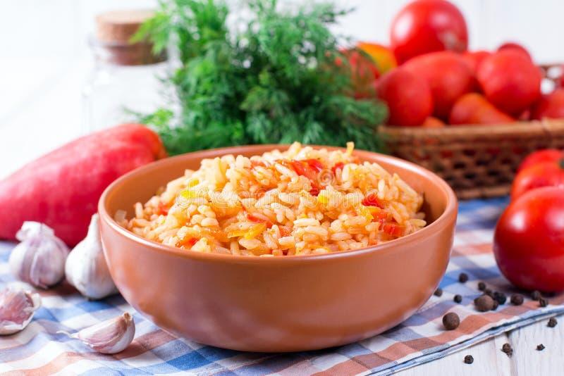 Mexikanischer Reis - Reis kochte mit Tomatensauce lizenzfreie stockbilder