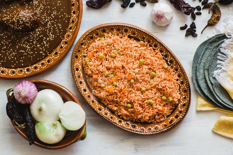 Mexikanischer Reis und Mole Poblano, traditionelle Nahrung in Mexiko lizenzfreie stockbilder