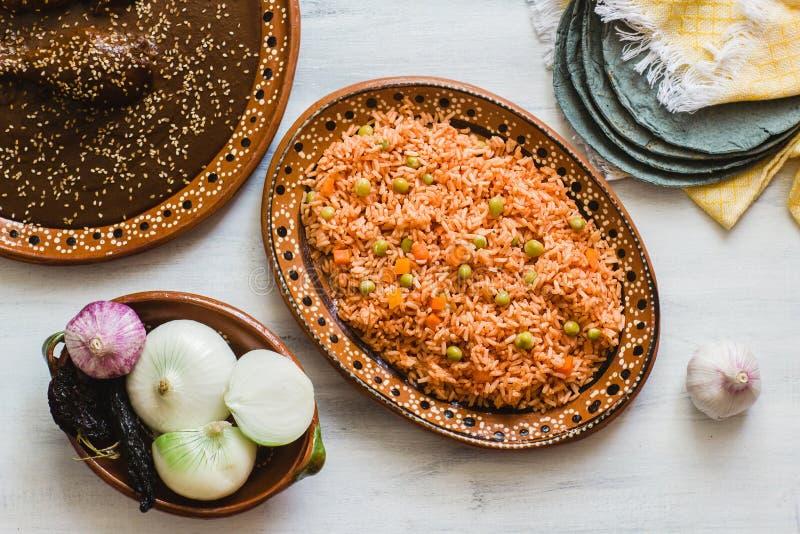 Mexikanischer Reis und Mole Poblano, traditionelle Nahrung in Mexiko lizenzfreie stockfotos