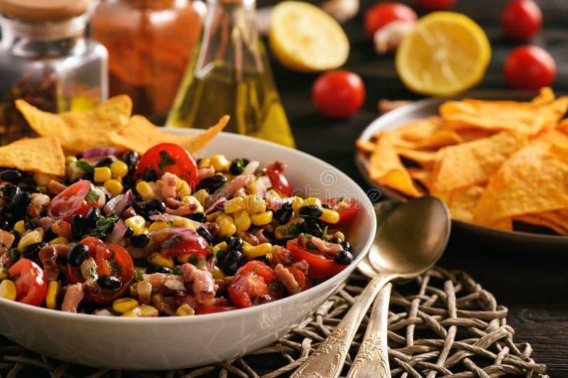 Mexikanischer Salat mit schwarzer Bohne, Mais, Tomaten und Chorizo lizenzfreie stockfotos