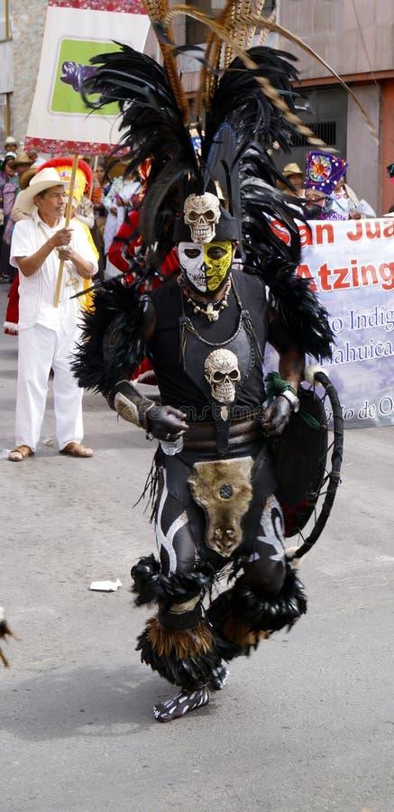 Mexikanischer Tänzer im Kriegerskostüm stockbilder