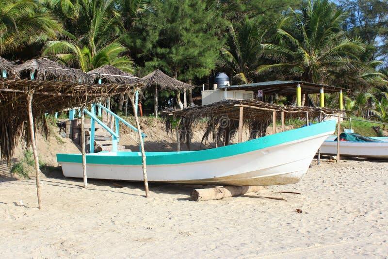 Mexikanisches Fischerboot auf Strand stockbild