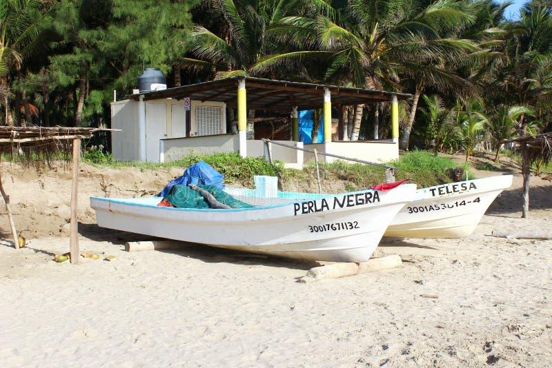 Mexikanisches Fischerboot auf Strand lizenzfreie stockbilder