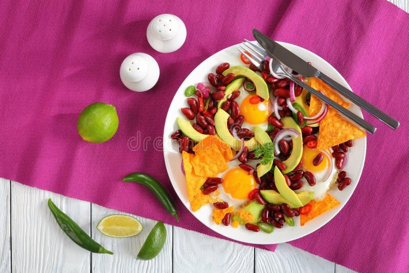 Mexikanisches Frühstück auf einer weißen Platte lizenzfreie stockbilder