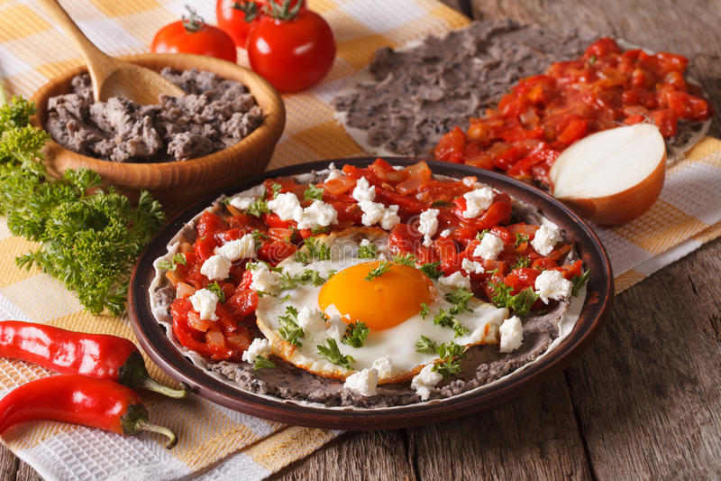 Mexikanisches Frühstück: huevos rancheros Nahaufnahme horizontal stockfotografie