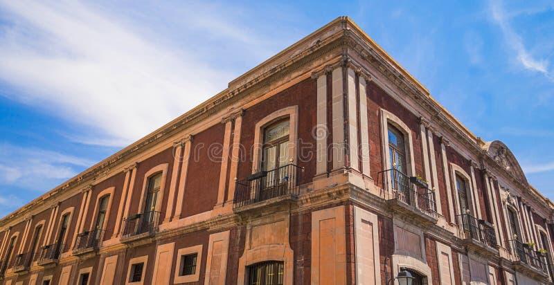 Mexikanisches Kolonialgebäude mit intensivem blauem Himmel stockfotografie