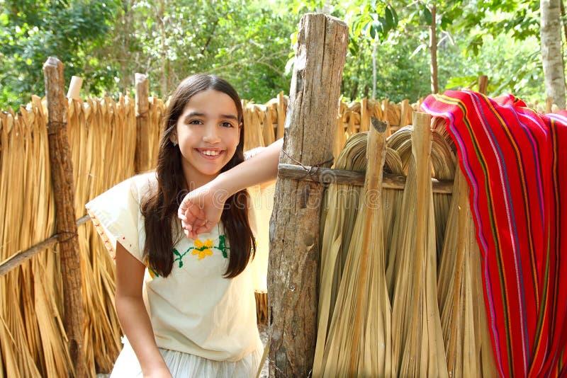 Mexikanisches lateinisches Mädchen im Dschungelkabinehaus lizenzfreie stockfotografie