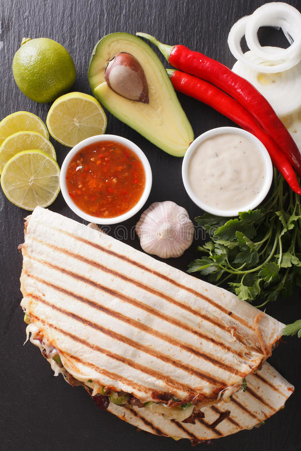 Mexikanisches Lebensmittel: Quesadillas mit Rindfleisch, Bohnen, Avocado und Käse c lizenzfreie stockbilder