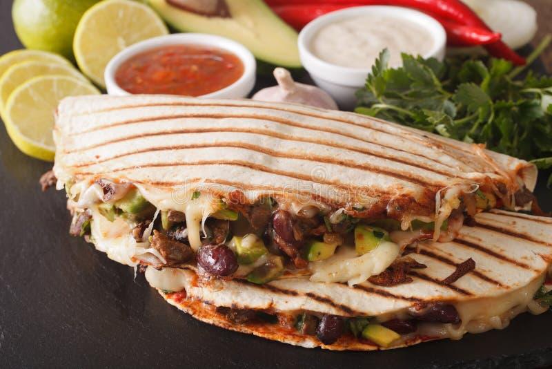 Mexikanisches Lebensmittel: Quesadillas mit Rindfleisch, Bohnen, Avocado und Käse c stockfotos