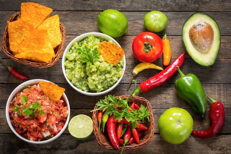 Mexikanisches Lebensmittel - Salsa mit Tortilla-Chip lizenzfreie stockbilder