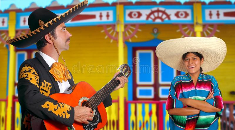 Mexikanisches Mariachi charro Mann und Poncho Mexiko-Mädchen stockbilder