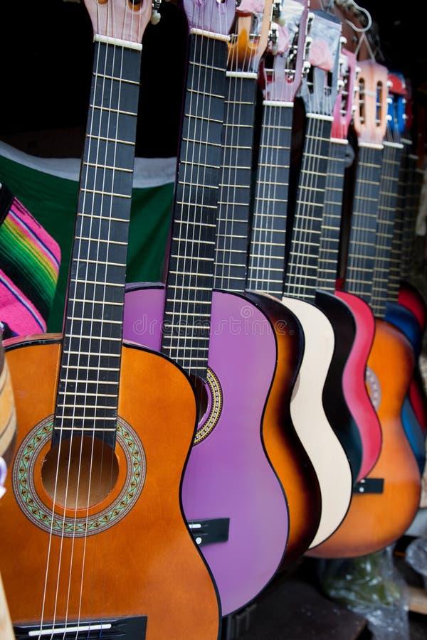 mexikansk mång- rad för kulöra gitarrer arkivfoto