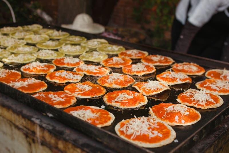 Mexikansk mat för Chalupas poblanas i kryddigt mellanmål för puebla stad arkivfoto